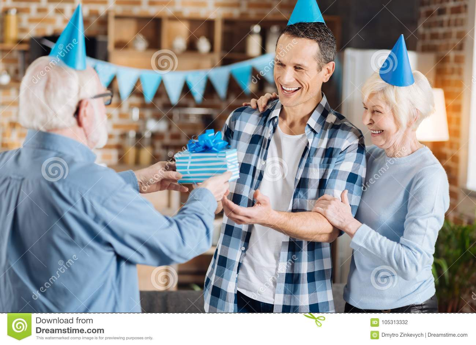 Liebevoller älterer Vater, der seinen erwachsenen Sohn mit Geburtstag beglückwünscht