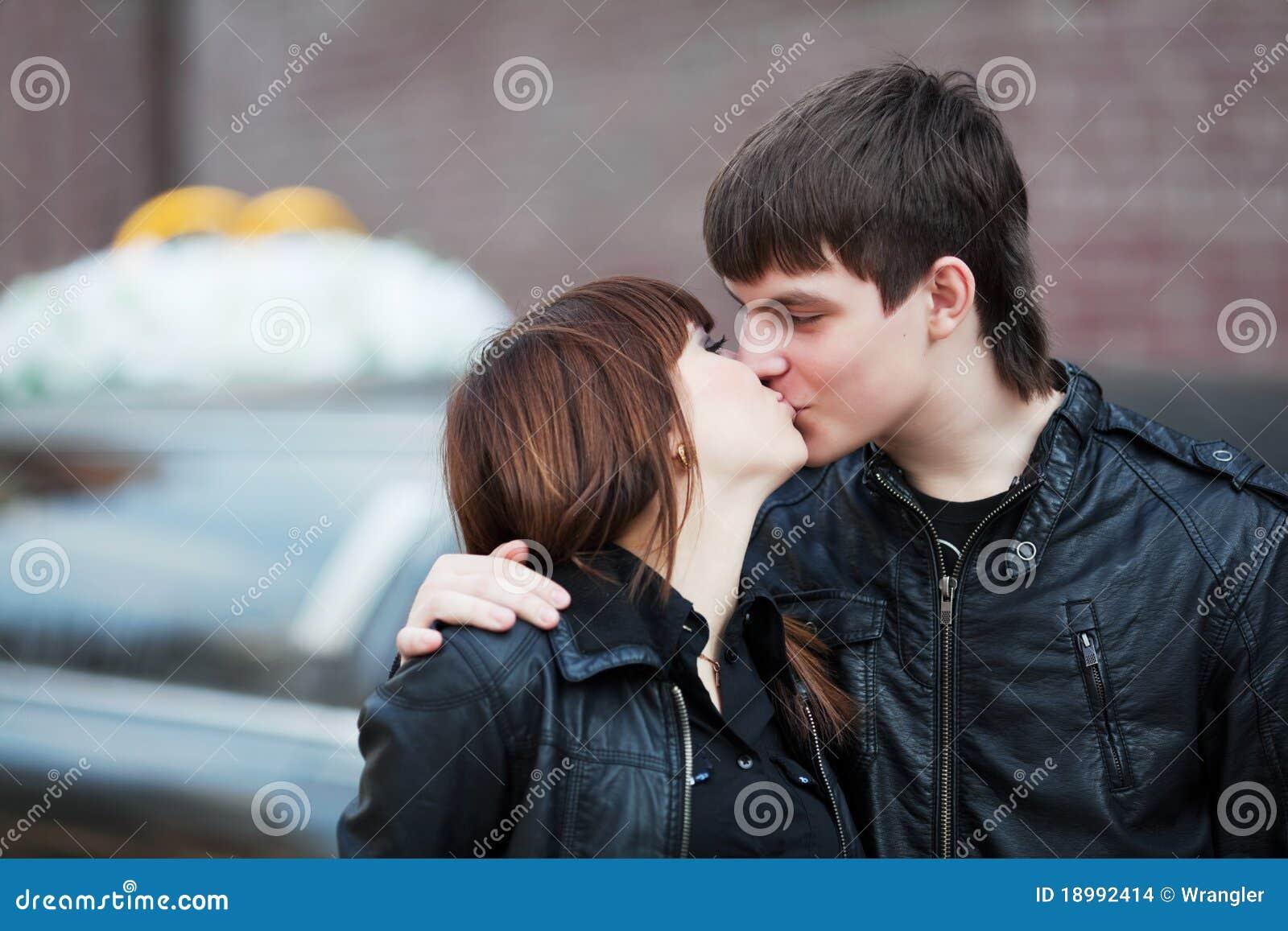 Liebevoller Kuss stockfoto. Bild von kuß, spaß, fashion