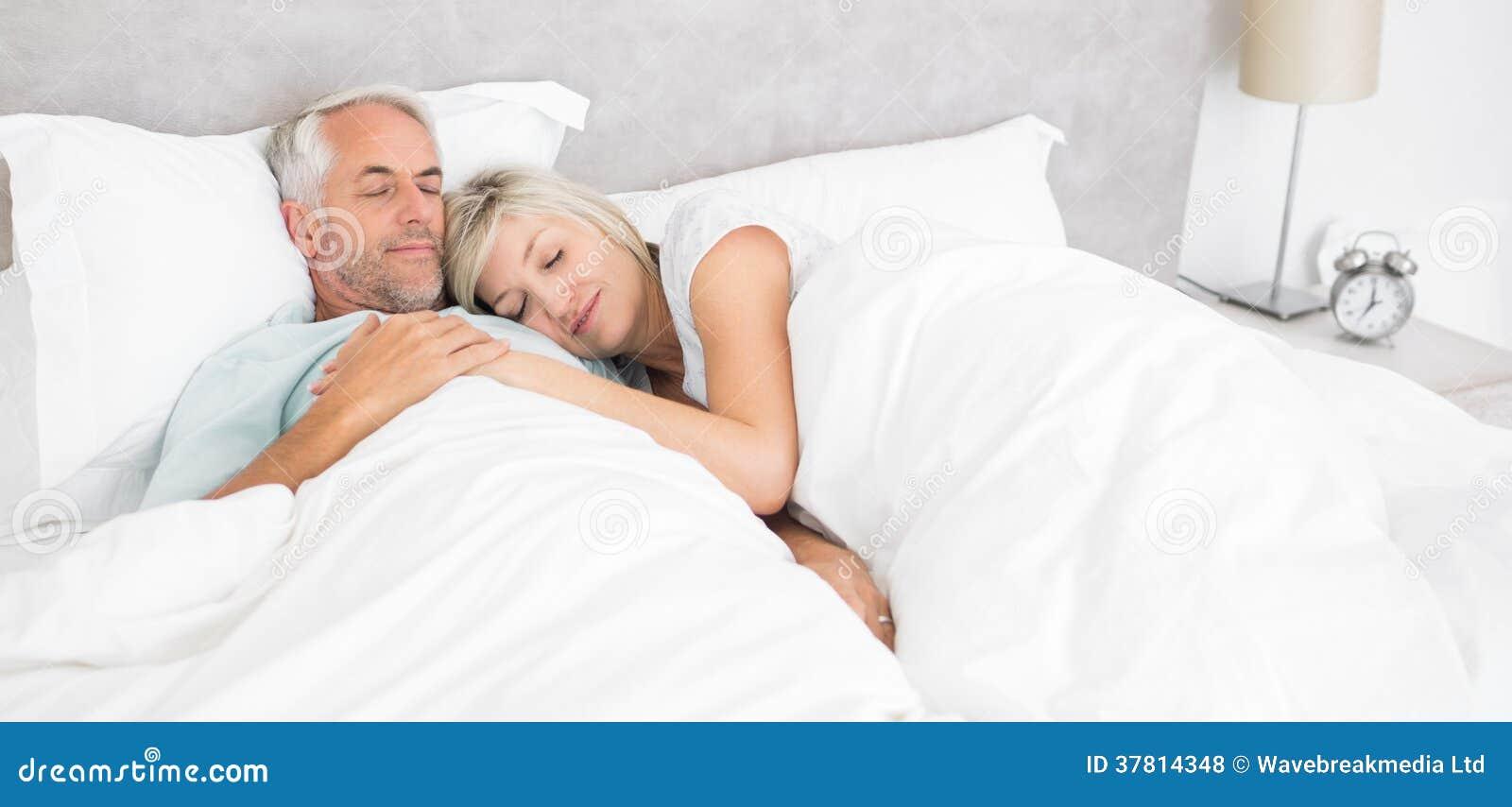 Liebevoller Reifer Mann Und Frau Die Im Bett Liegt Stockfoto Bild