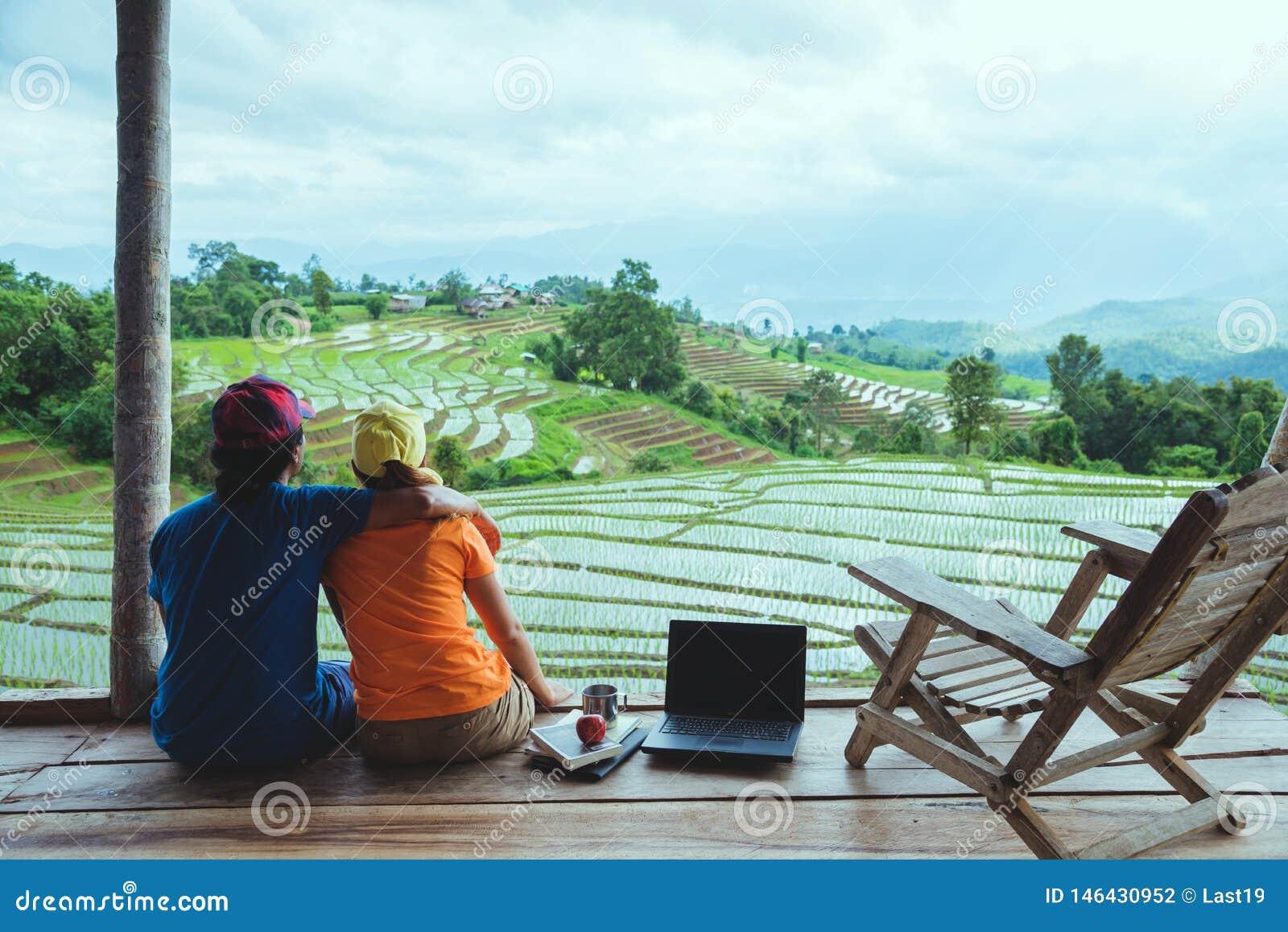 Liebhaberfrau und asiatische Reisenatur des Mannes Reise entspannen sich Der Balkon des Erholungsortes Ansicht des Feldes auf dem