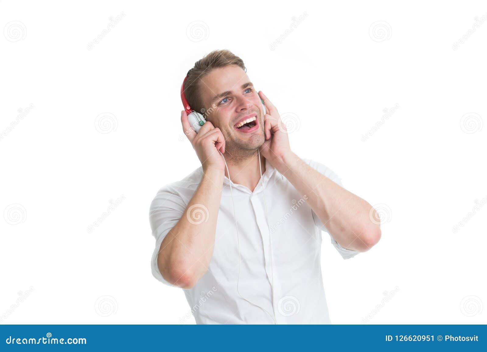Lieblingsradiosender Bemannen Sie hörendes Lieblingslied in den Kopfhörern mit Smartphone und dem Gesang Mann genießen hörende Mu