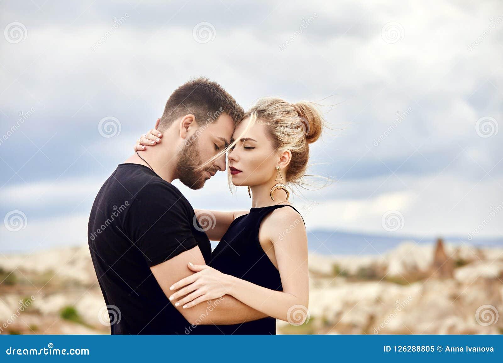 Liefde en emoties die van paar houden die in Turkije rusten In liefde Oostelijk paar in de bergen van de omhelzingen en de kussen