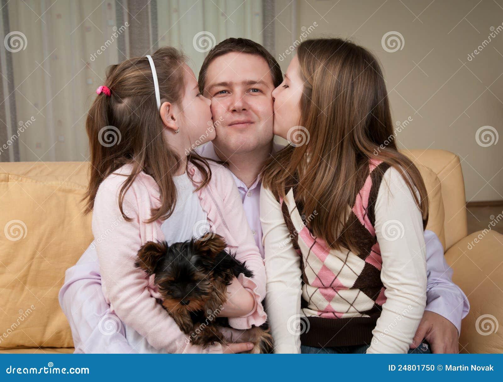 Kussen Voor Kinderen : Liefde kinderen die vader kussen stock foto afbeelding