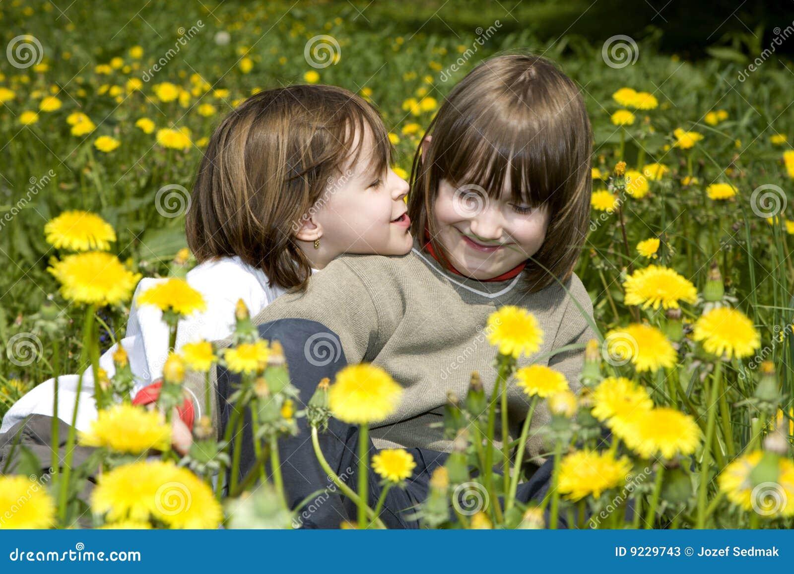 Liefde Van Kinderen Op De Lente Madow Stock Foto's ...