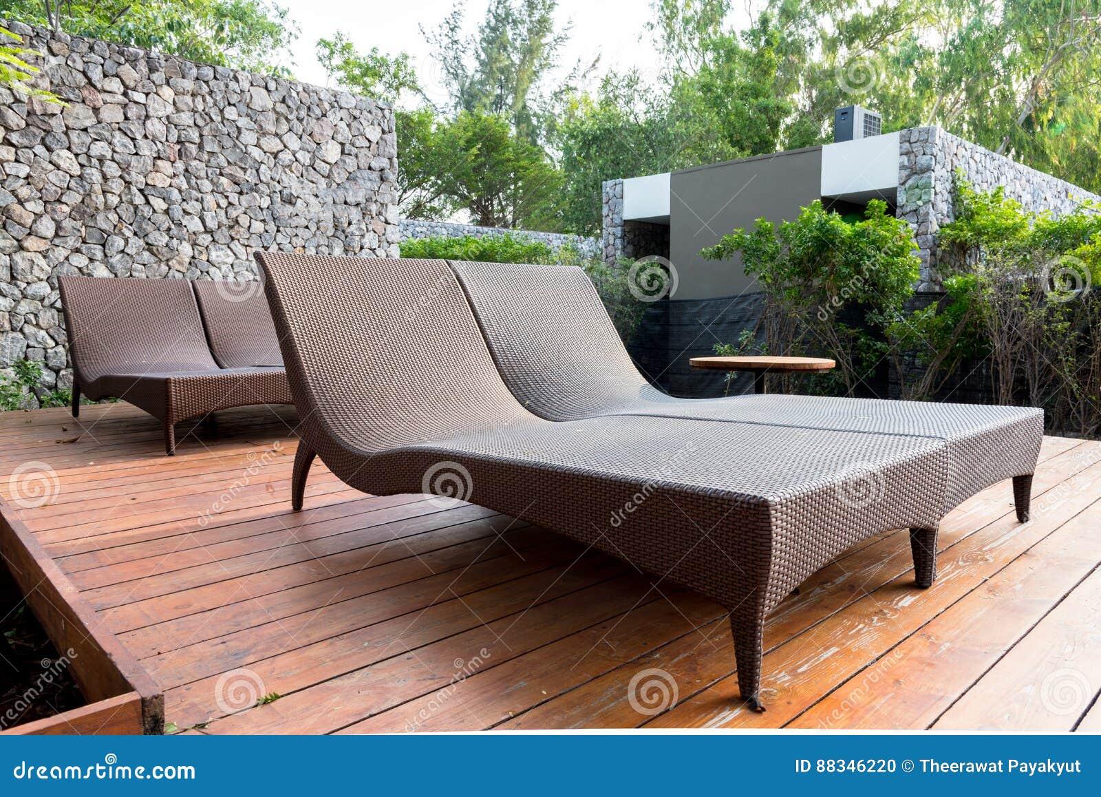 Liegen Im Garten Neben Swimmingpool Stockfoto Bild Von Sommer