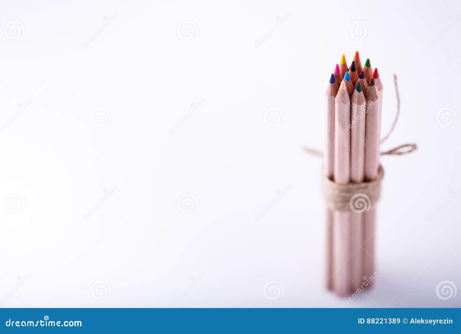 Lier Du Crayon De Couleur Au Stand Decoratif De Corde De Chanvre Sur Le Fond Clair Image Stock Image Du Corde Fond 88221389
