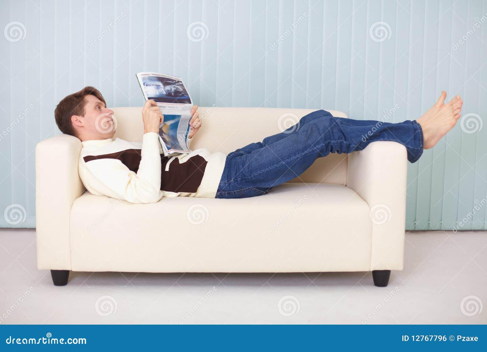 Фото мужик лежит на диване 15 фотография