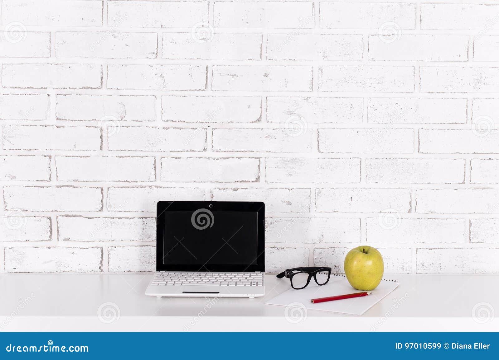 Lieu de travail à la maison ou dans le bureau ordinateur
