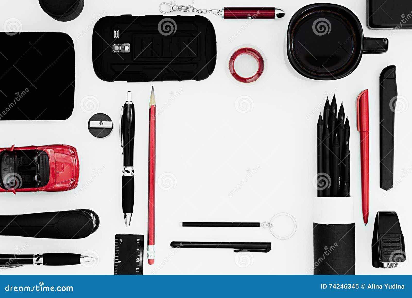 Lieu de travail élégant de bureau en noir et rouge sur un fond