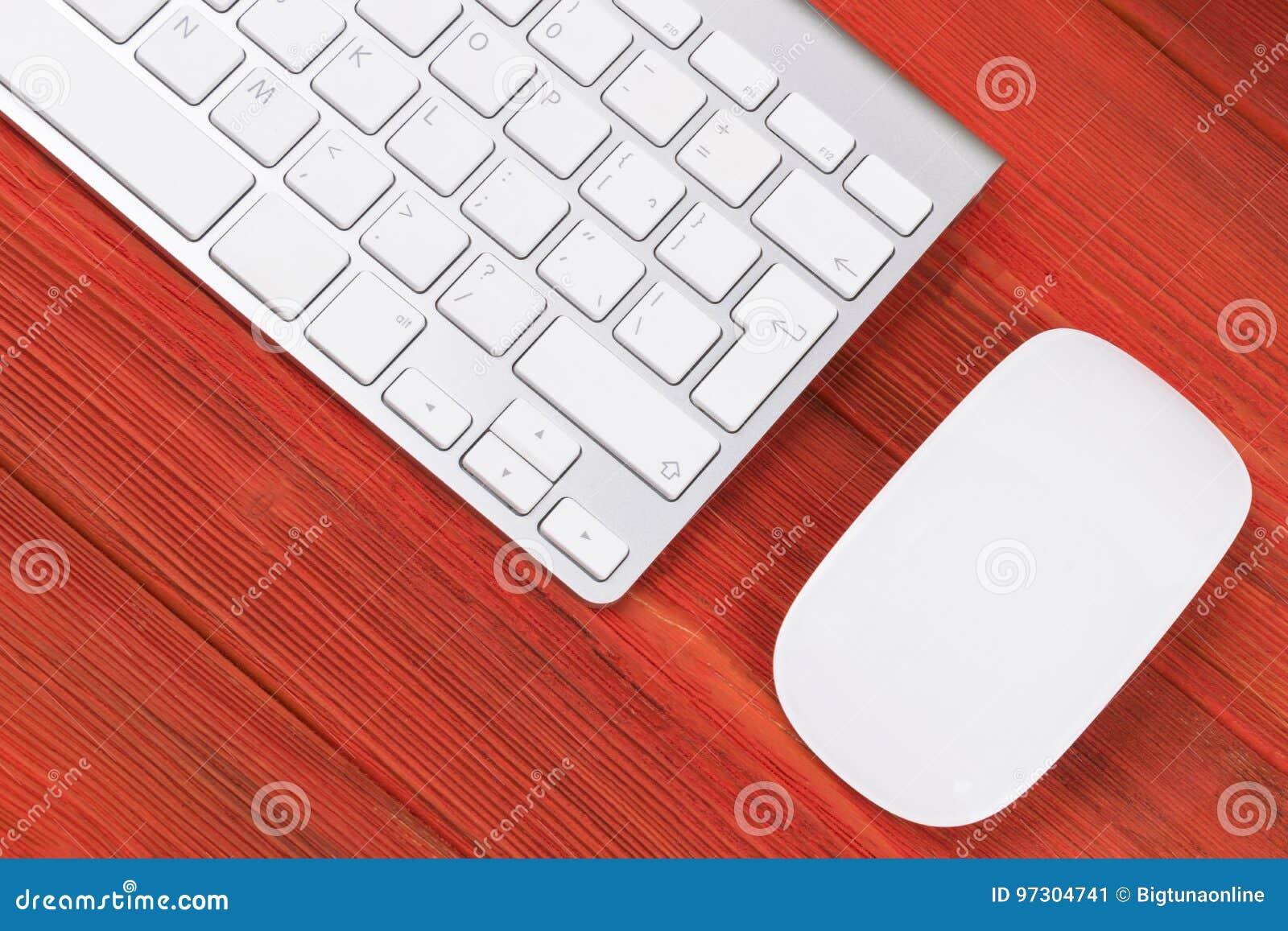 Lieu de travail daffaires avec lordinateur le clavier sans fil et
