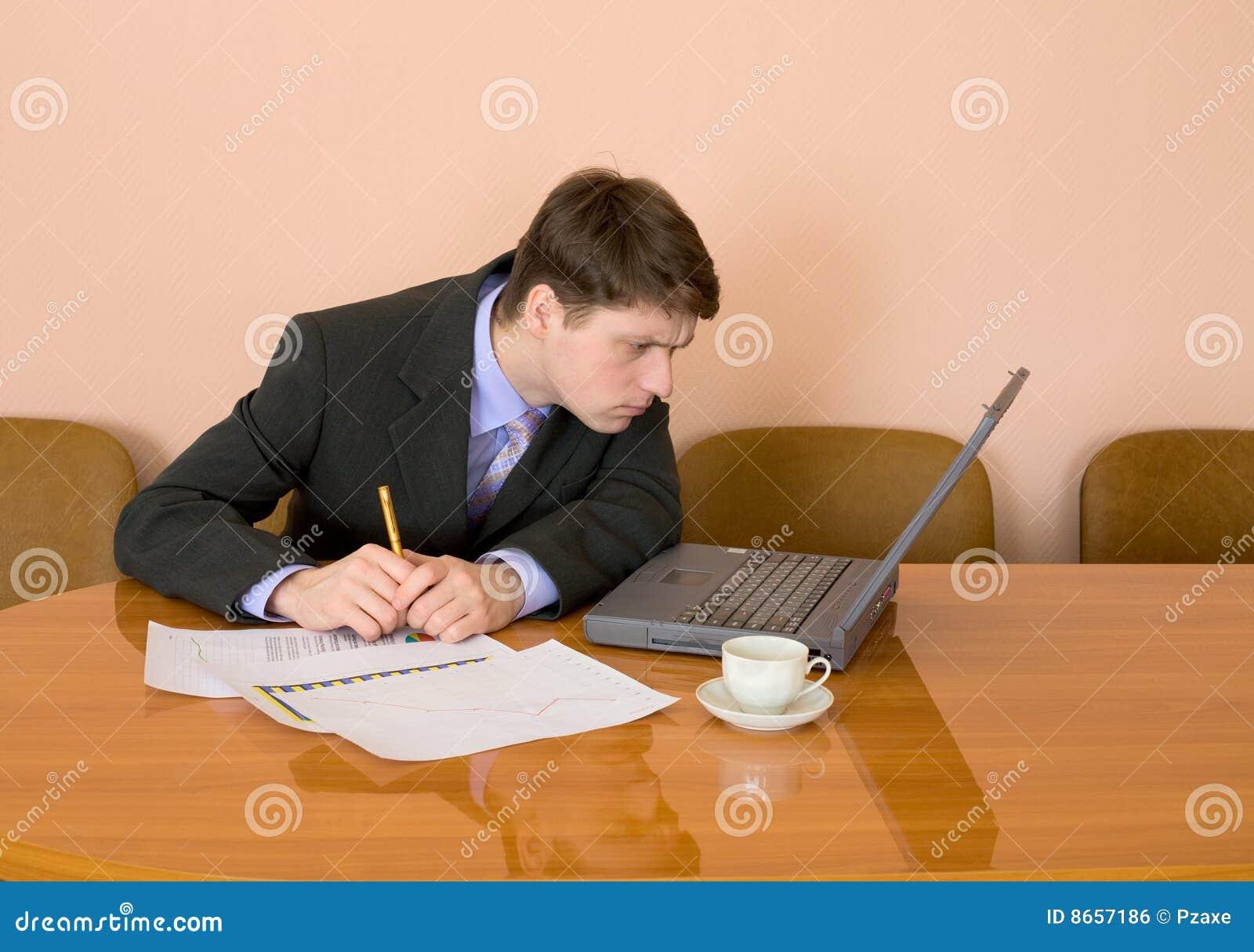 Lieu de travail d ordinateur portatif d homme d affaires