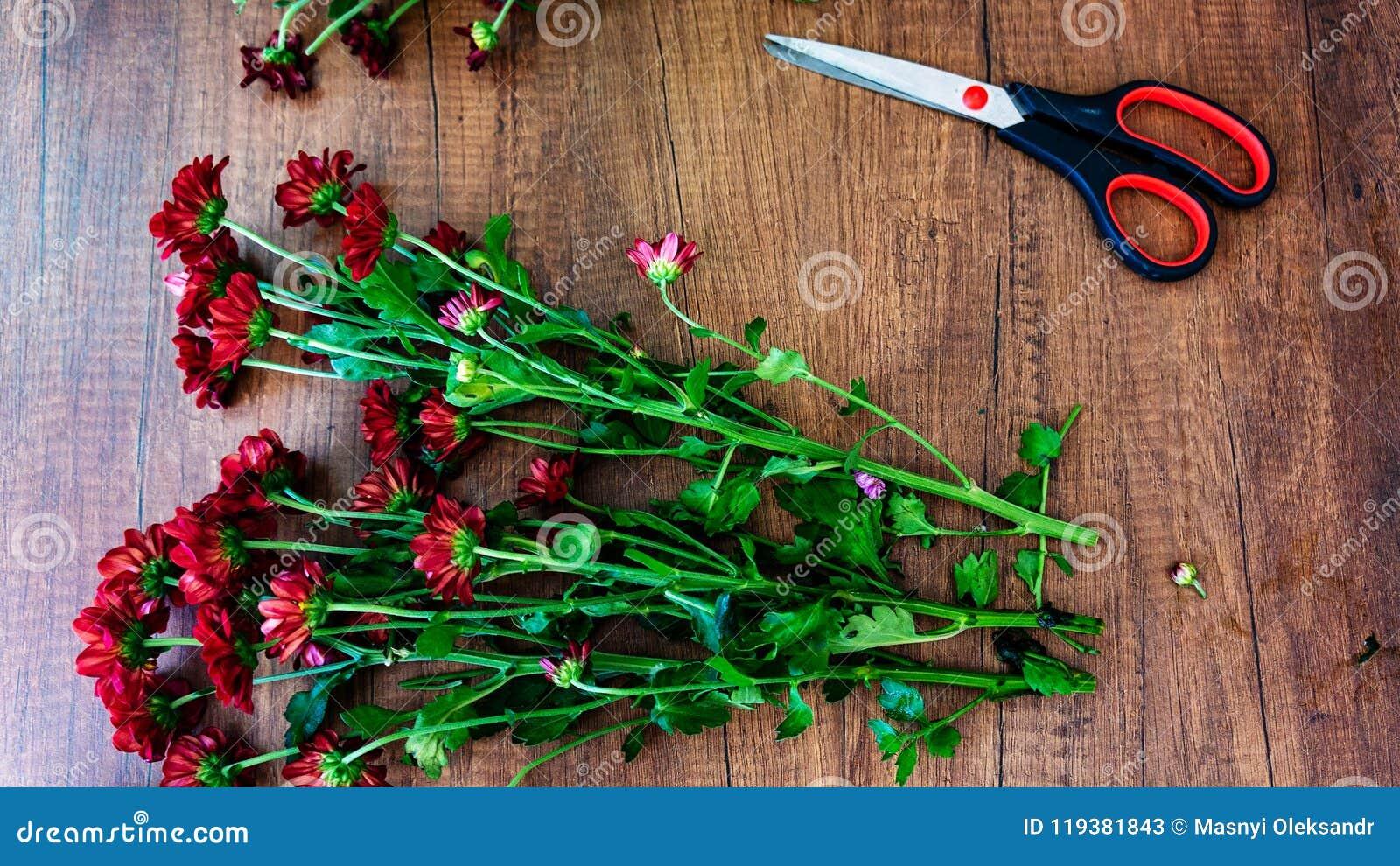 Lieu de travail d une table de Wooden de fleuriste avec un bouquet des fleurs