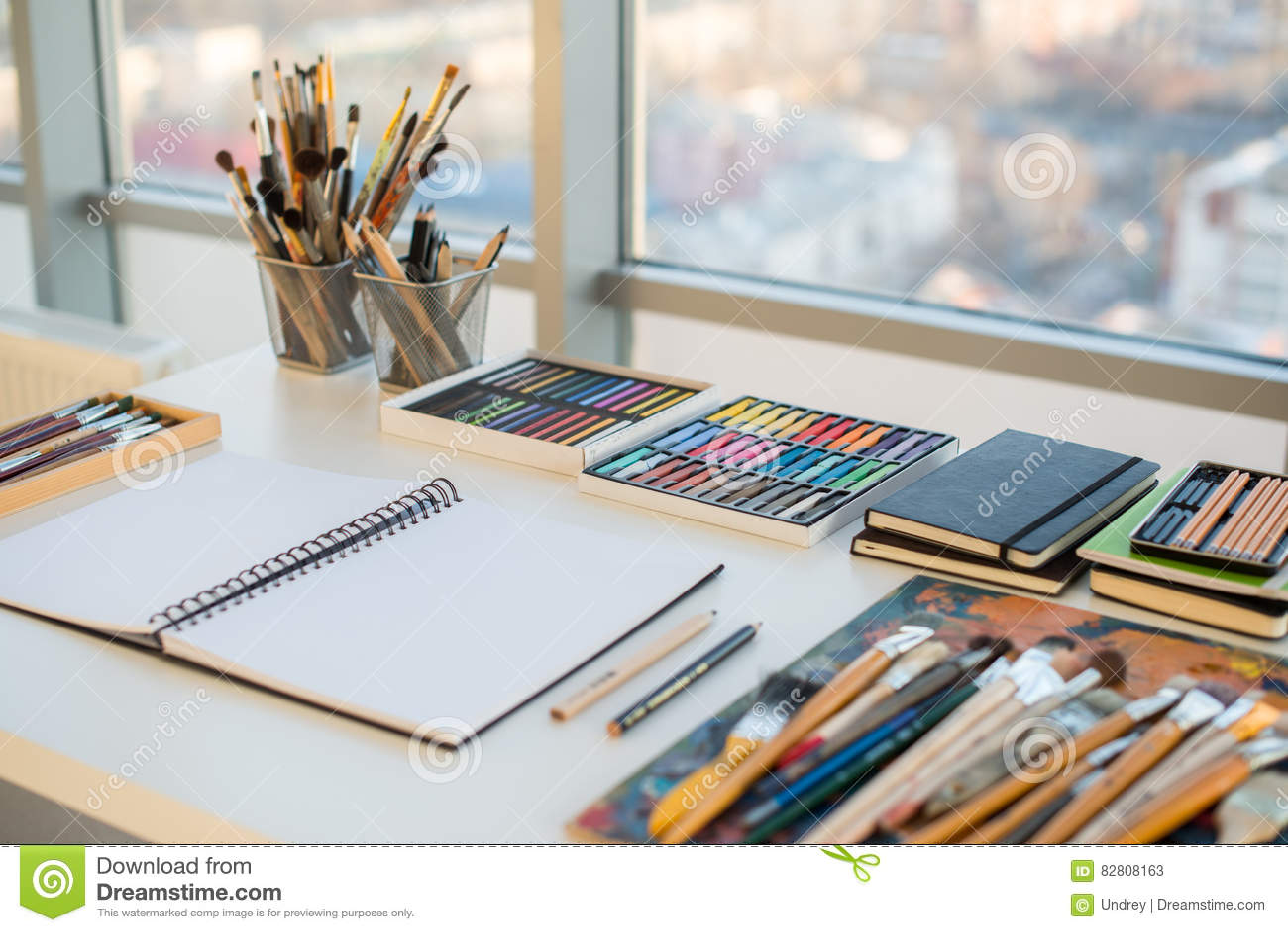 Lieu de travail de peintre dans la vue de côté d ordre bureau de
