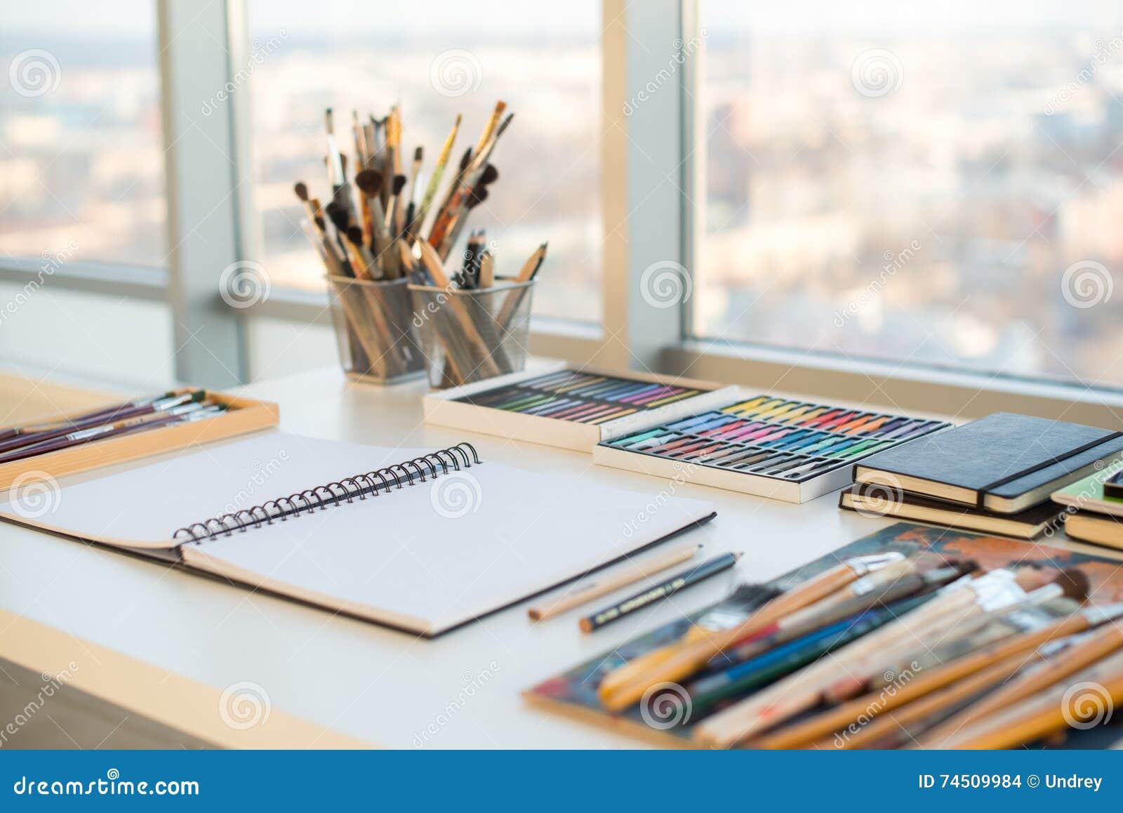 lieu de travail de peintre dans la vue de c t d 39 ordre bureau de concepteur avec l 39 quipement de. Black Bedroom Furniture Sets. Home Design Ideas