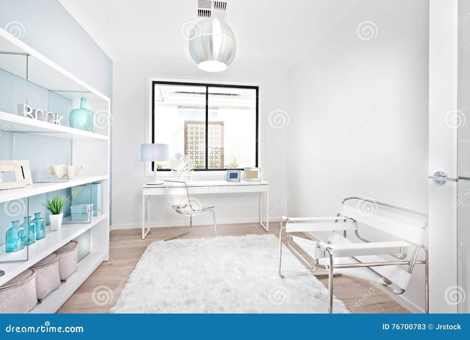 Lieu De Travail Moderne Avec Les Meubles Blancs De Décoration Image ...