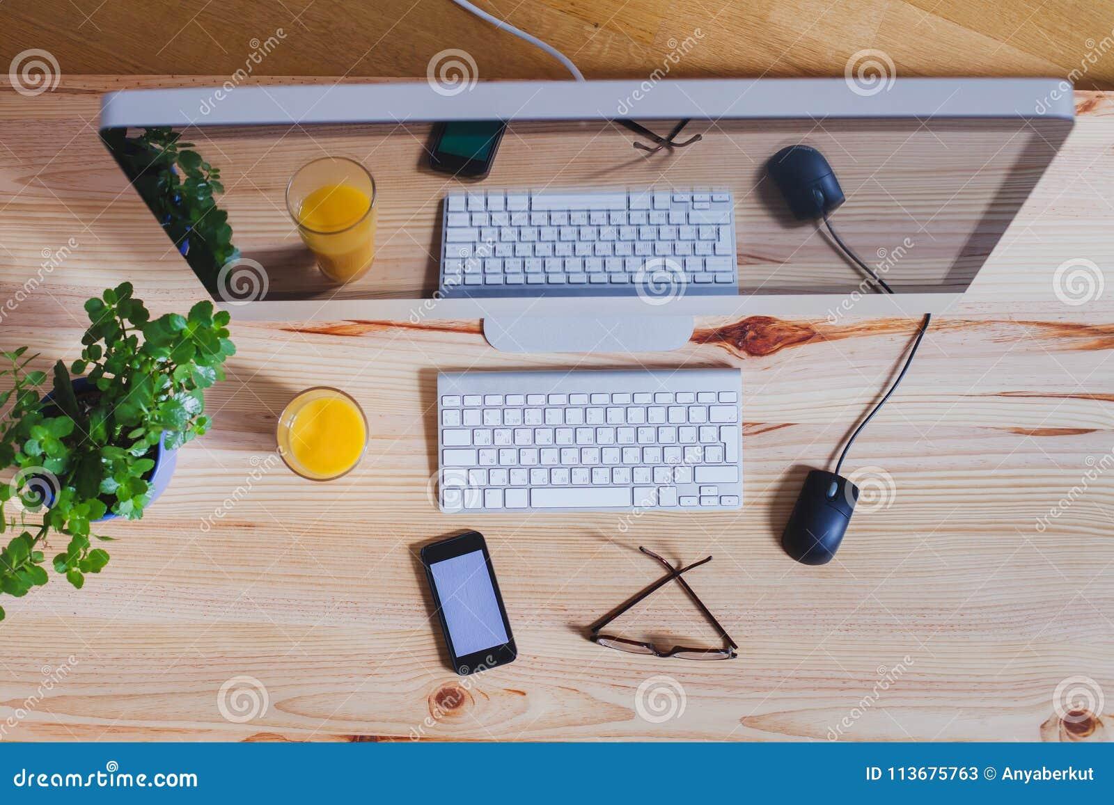 Lieu de travail moderne de bureau, vue supérieure d ordinateur