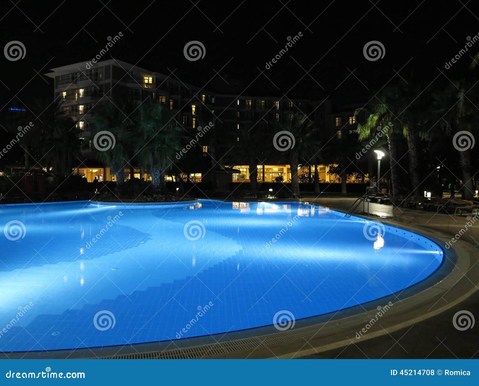 Lieu de vill giature luxueux avec la belle vue de nuit de for Piscine eclairee la nuit