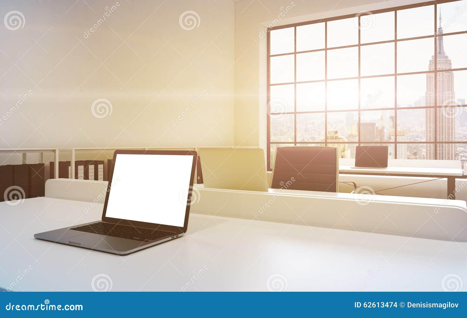 Lieux de travail dans un bureau moderne lumineux de l espace ouvert de grenier Tableaux équipés des ordinateurs portables, l espa