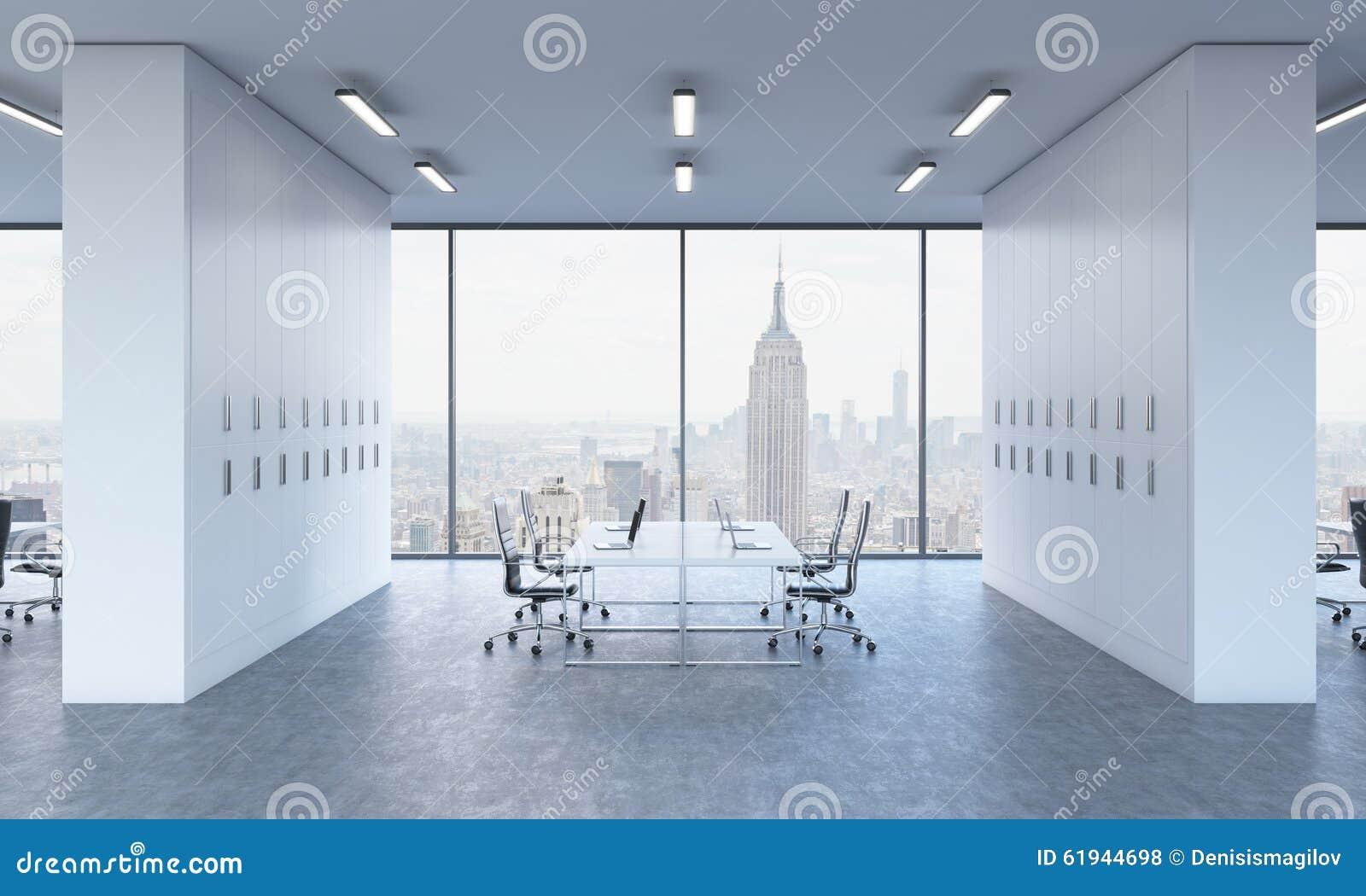 Lieux de travail dans un bureau moderne lumineux de l espace
