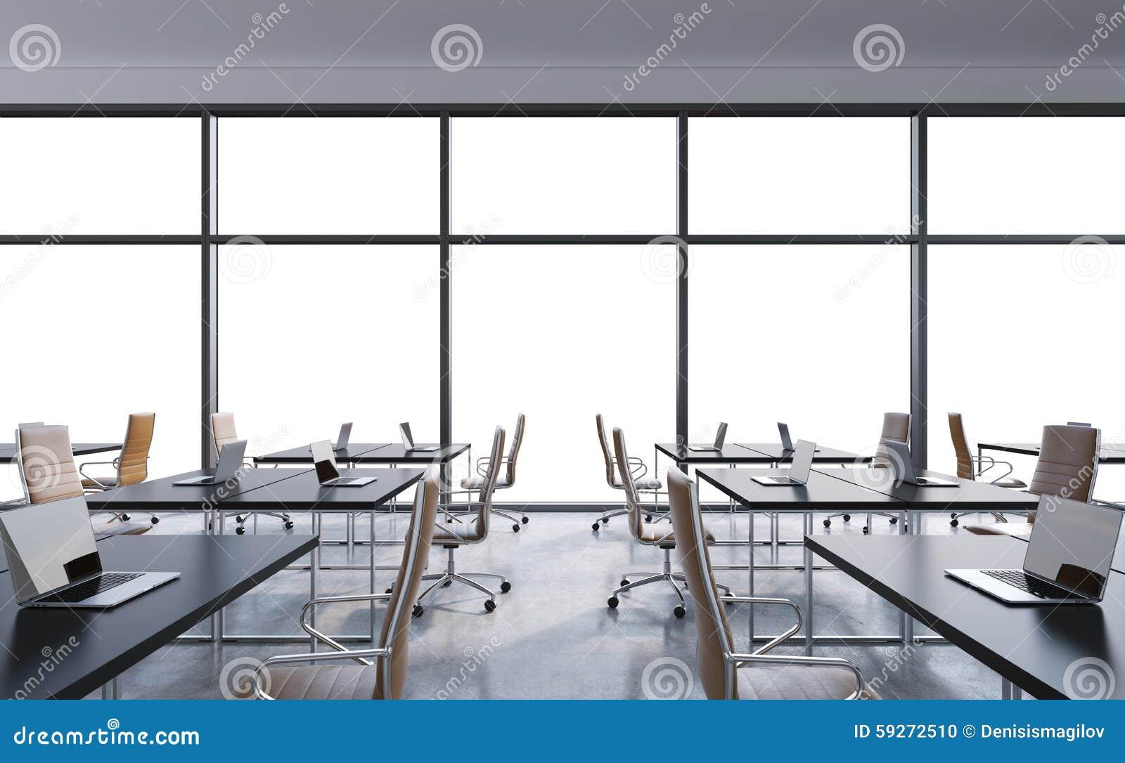 Lieux de travail dans un bureau panoramique moderne lespace de