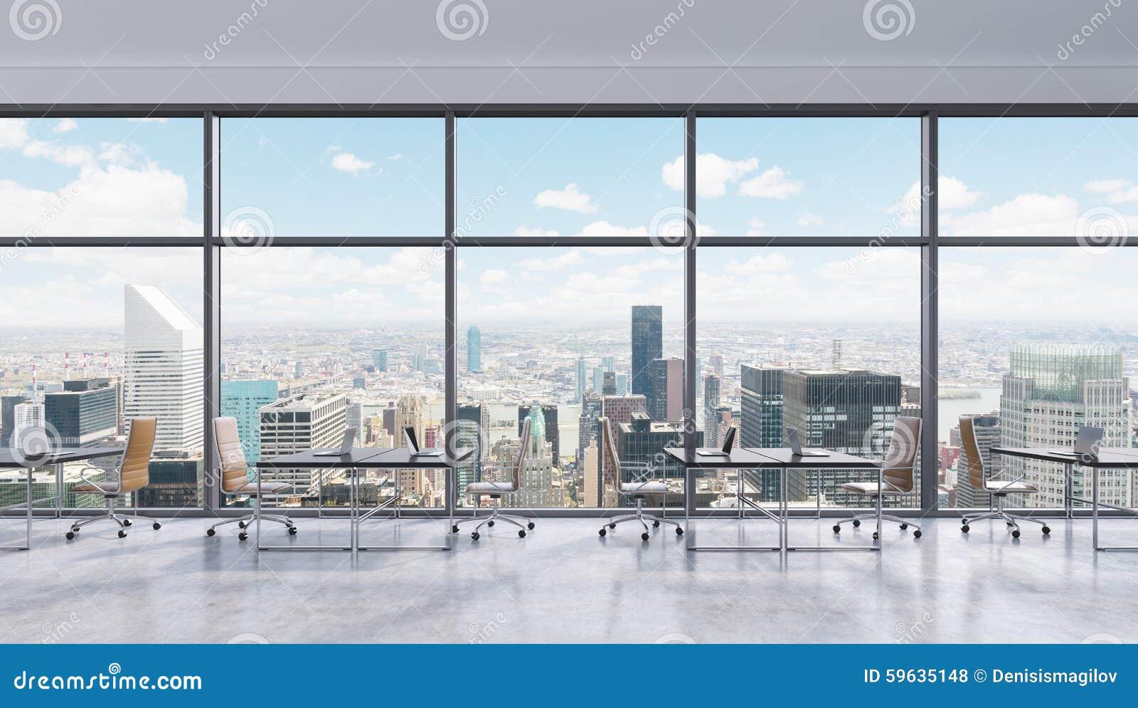 lieux de travail dans un bureau panoramique moderne vue de new york city dans les fen tres. Black Bedroom Furniture Sets. Home Design Ideas
