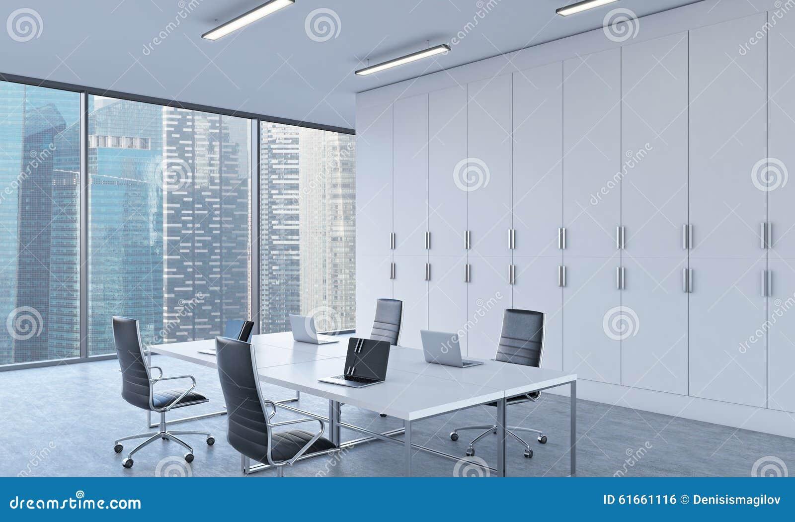 Lieux de travail ou secteur de conférence dans un bureau moderne lumineux de l espace ouvert