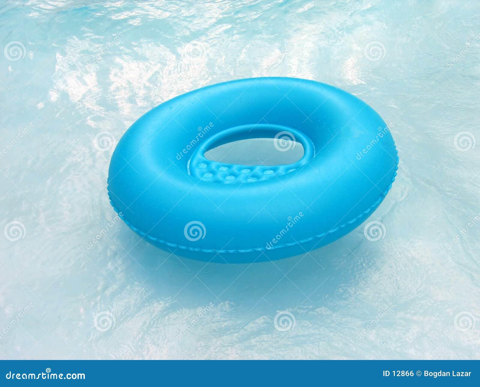 Lifebuoy azul en piscina