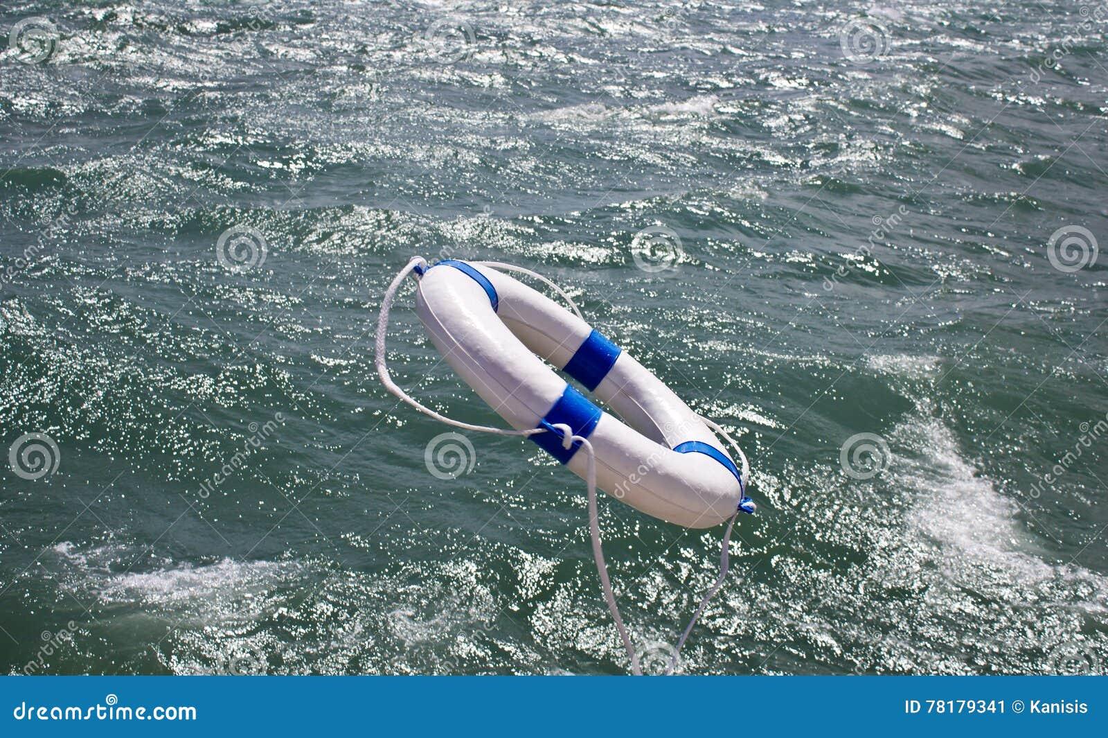 Lifebuoy, lifebelt, ratownik w ocean burzy jako pomocy wyposażenie