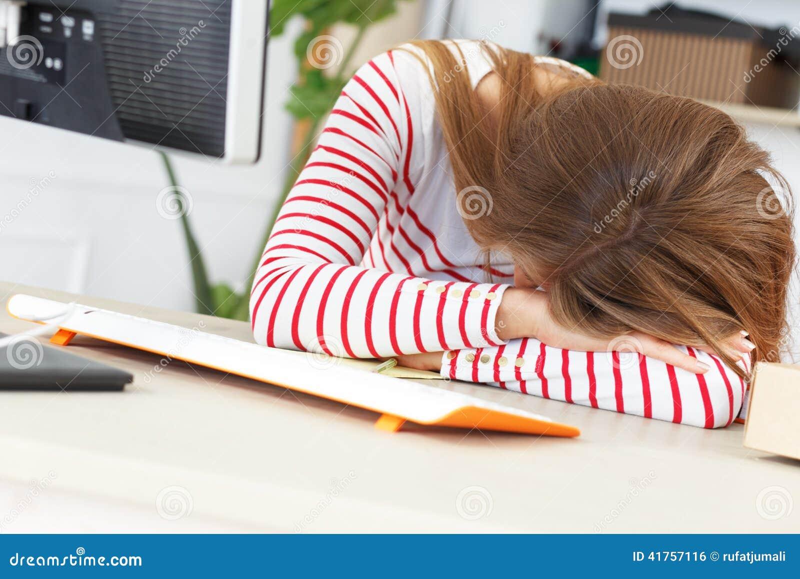 сон девушка на работе