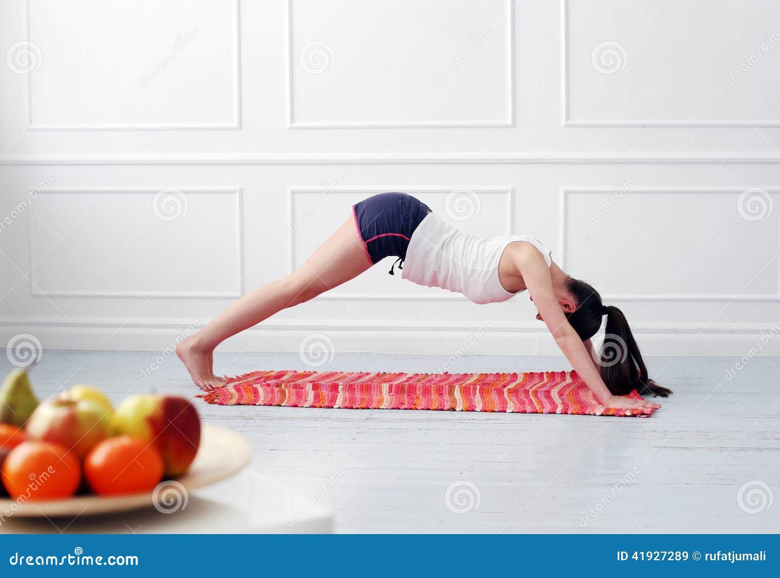 Lifestyle Belle fille pendant l exercice de yoga