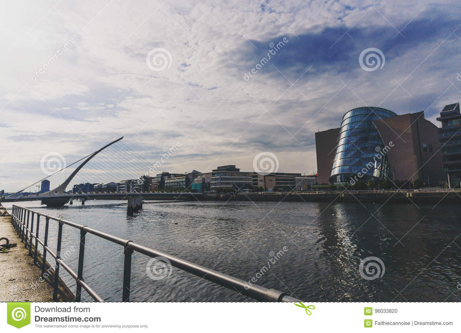 Liffey rzeka i Samuel Beckett most w Dublin