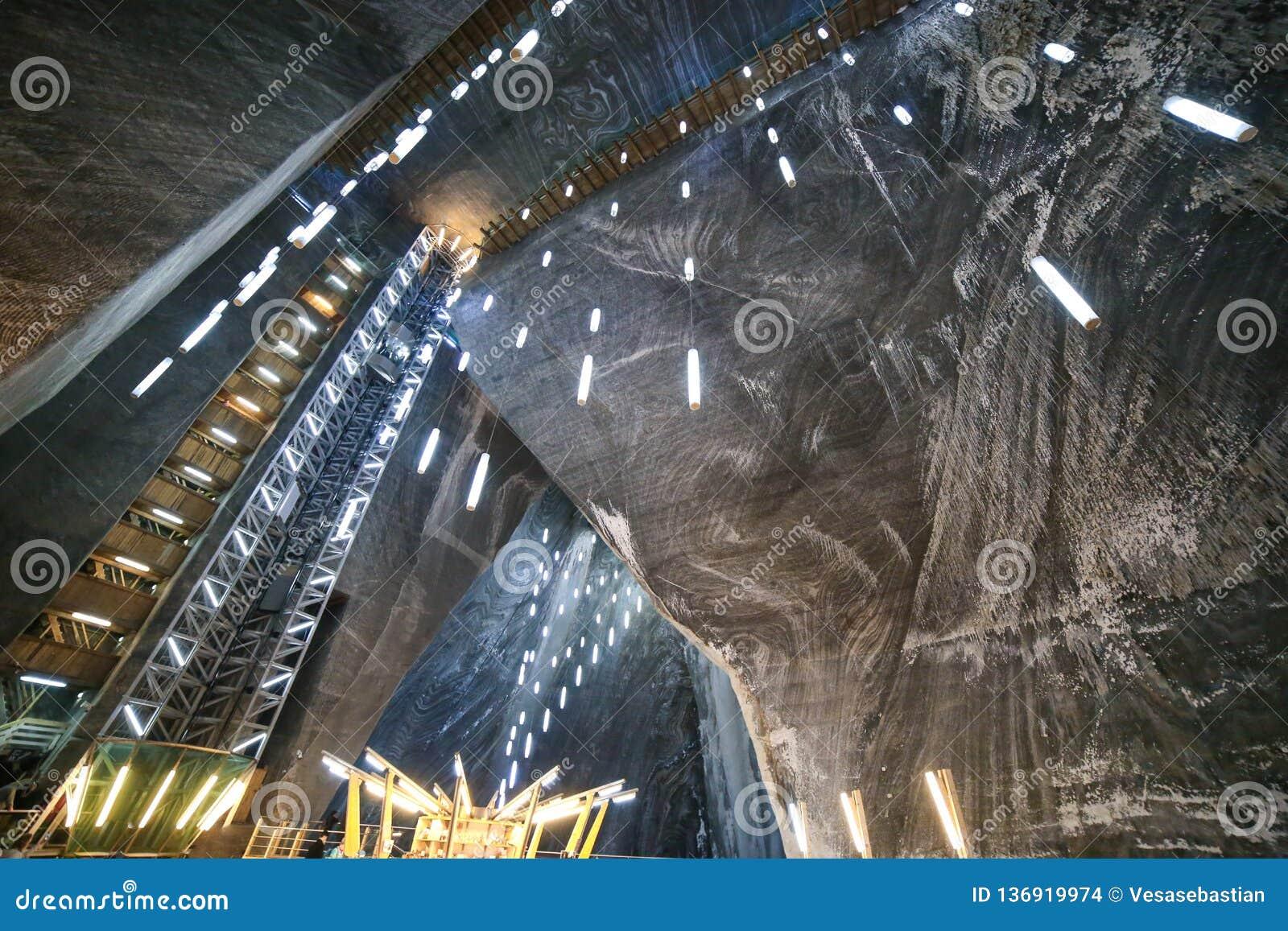 Lift en plafond in het museum van Zoutmijnsalina turda