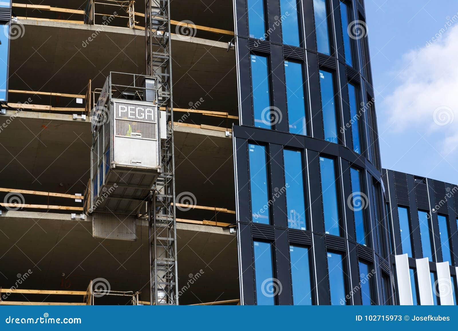 Lift van Pega-hijstoestel op wolkenkrabberbouwwerf