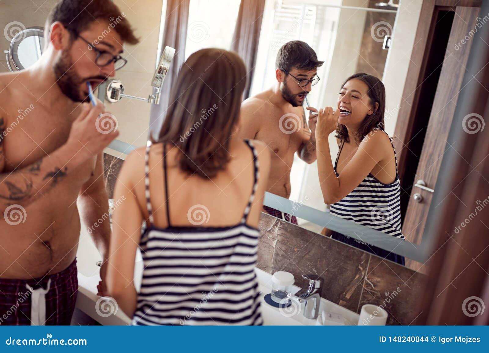 Ligação nova dos pares ao escovar os dentes no banheiro
