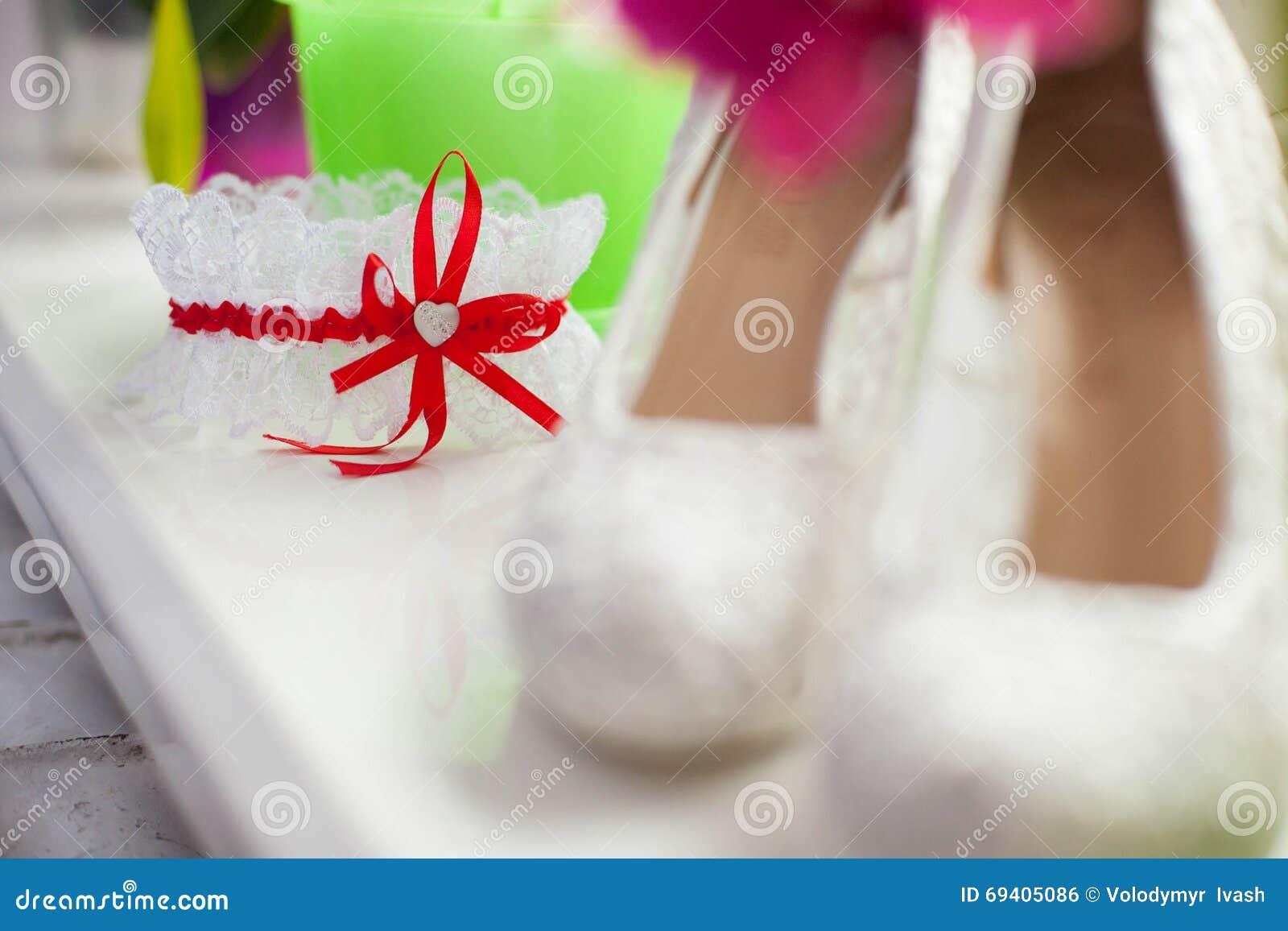 e0b102947 Liga à Moda Do Casamento Com Fita Vermelha E Coração Pequeno Foto de ...