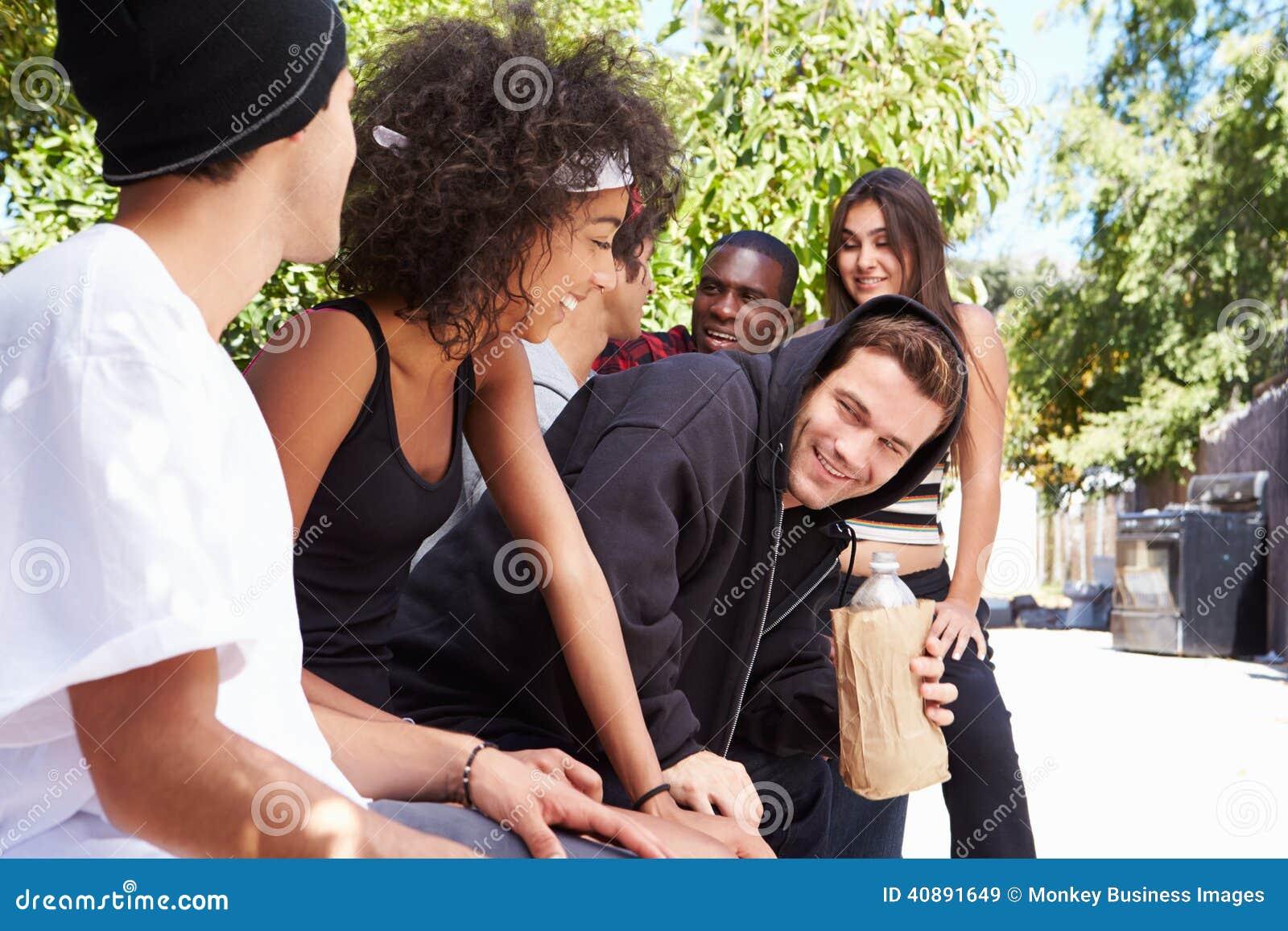 Liga av ungdomari stads- inställning som dricker alkohol
