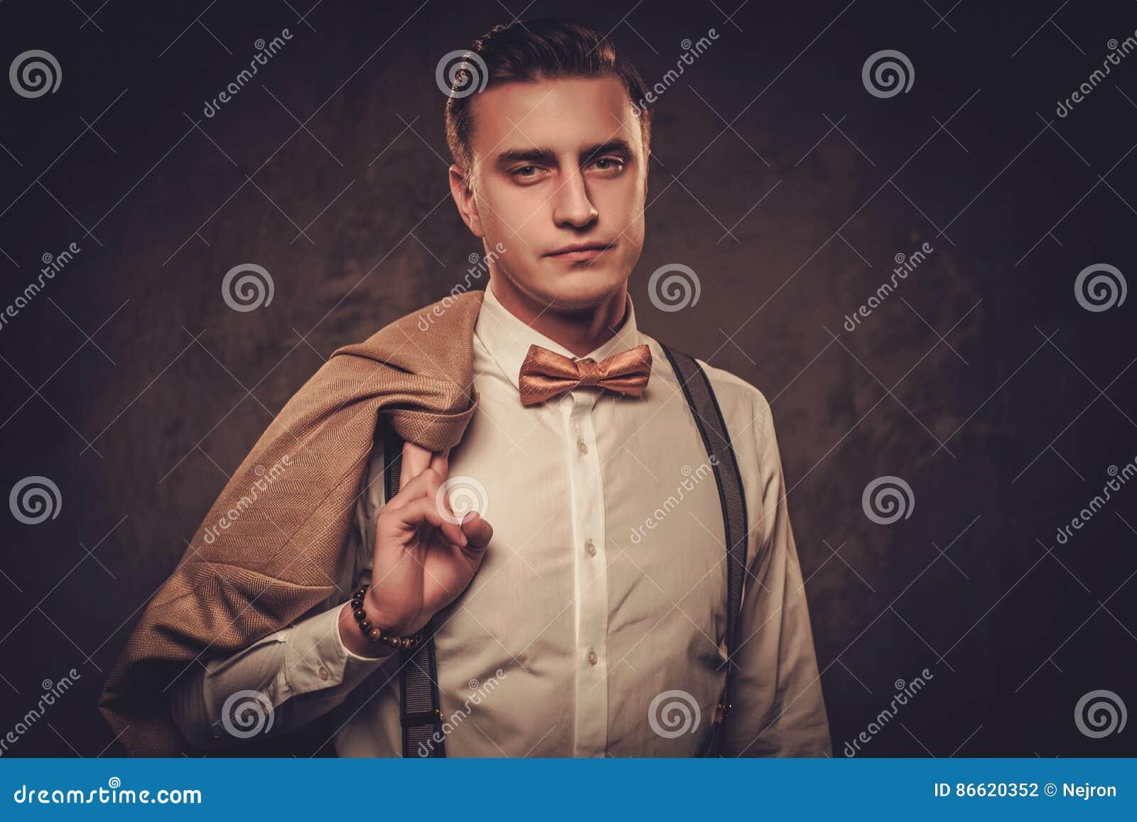 Ligas y corbata de lazo que llevan vestidas sostenido del hombre
