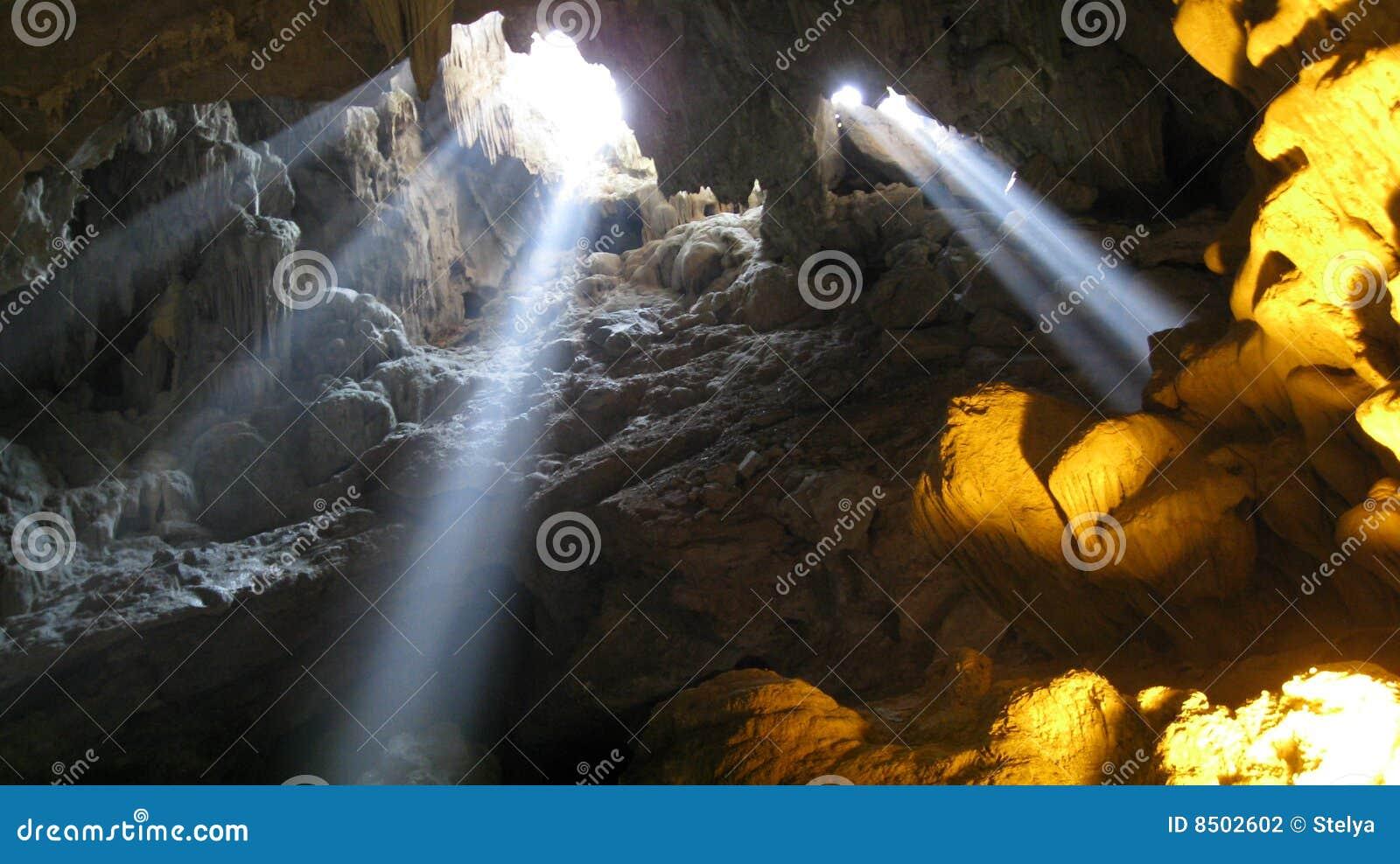 Ligero entrando en una cueva