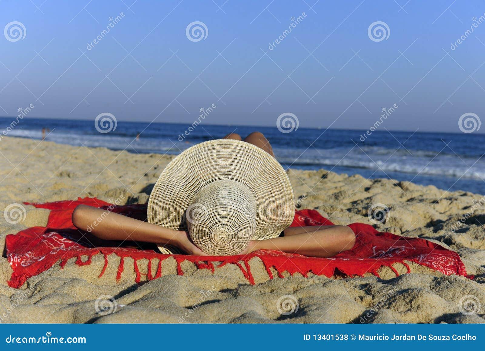 Liggande avslappnande kvinna för strand