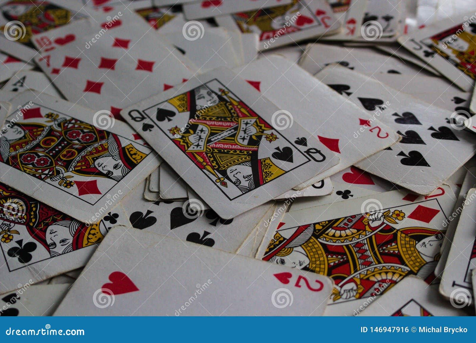 Liggande kort med det utvalda kortet överst som en jokerdam