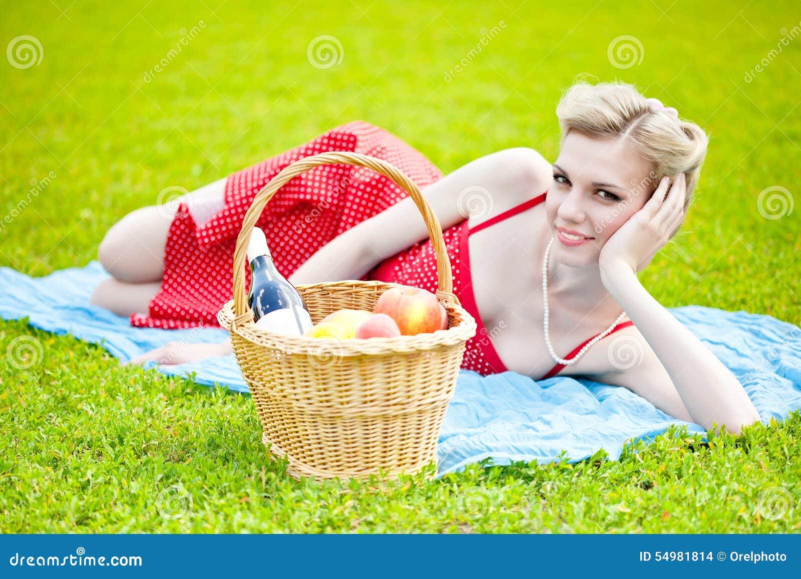 Liggande kvinnabarn för blont gräs