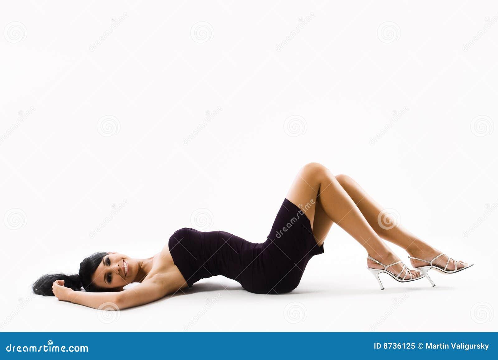 Liggande sexigt kvinnabarn för tillbaka klänning