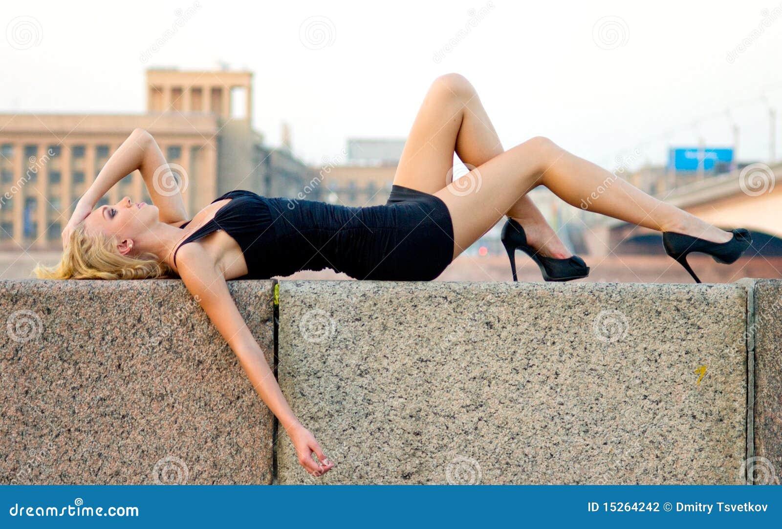 Liggande sinnlig kvinna