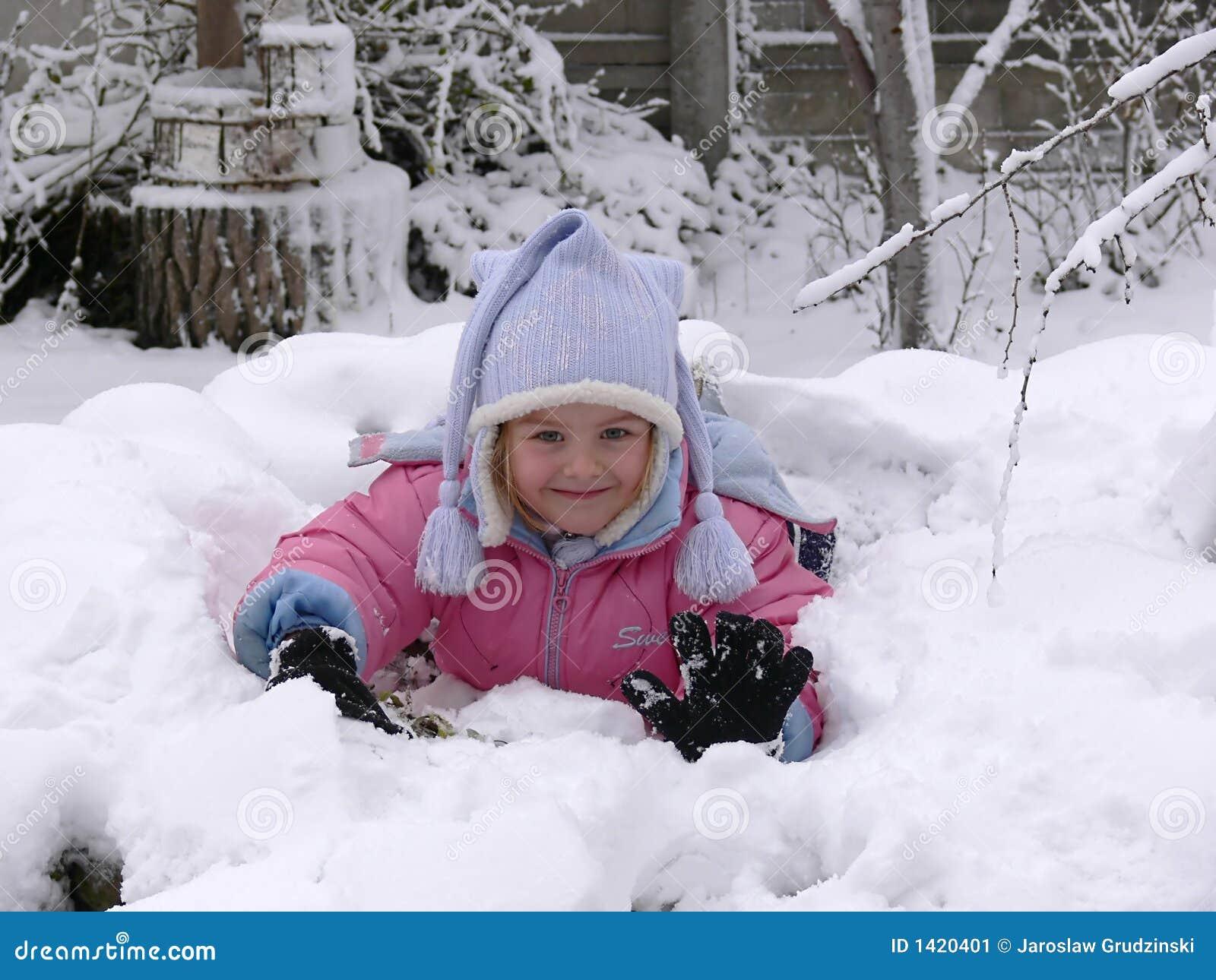 Liggande snow för flicka