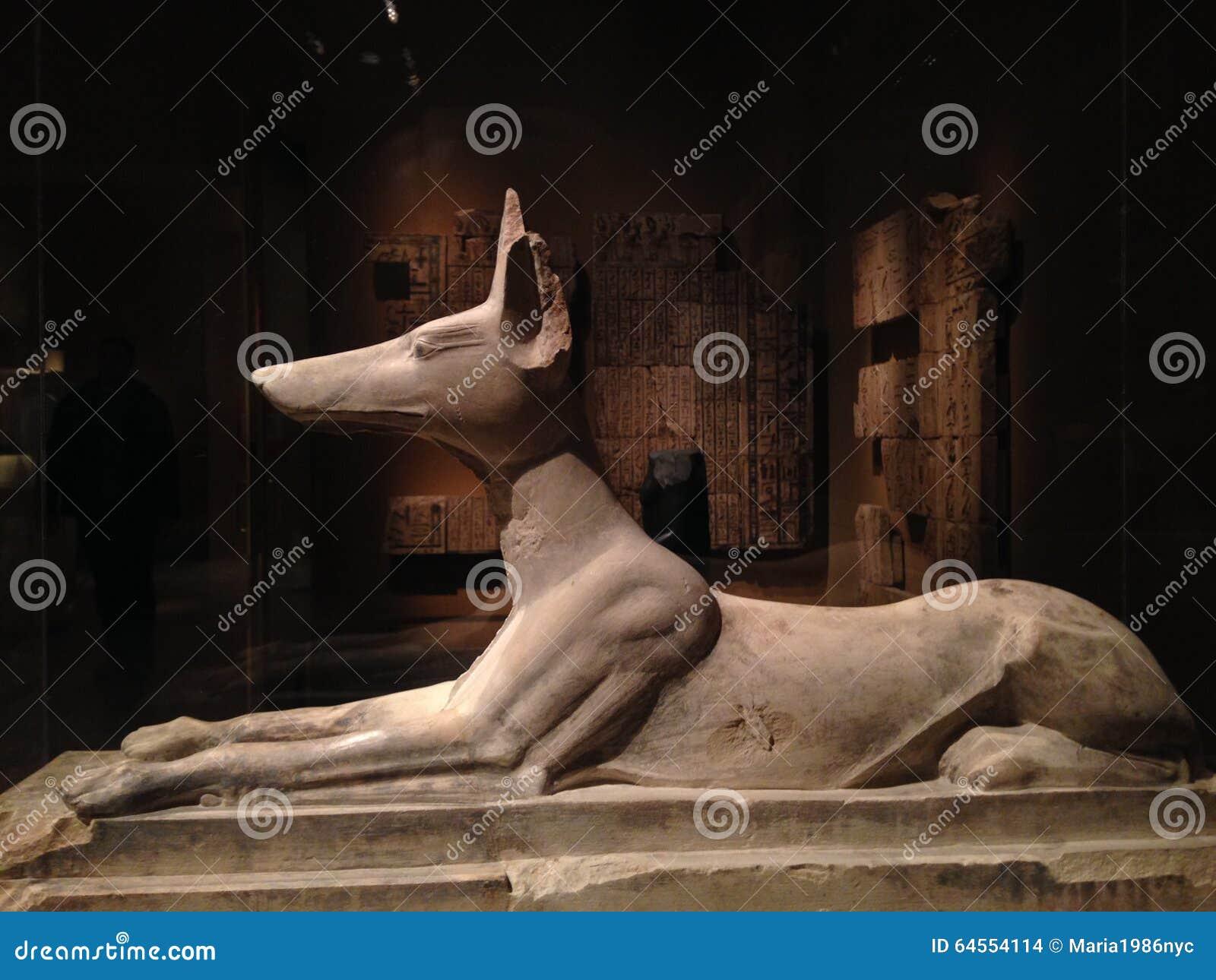 Liggend Anubis-Standbeeld in Metropolitaans Museum van Art.