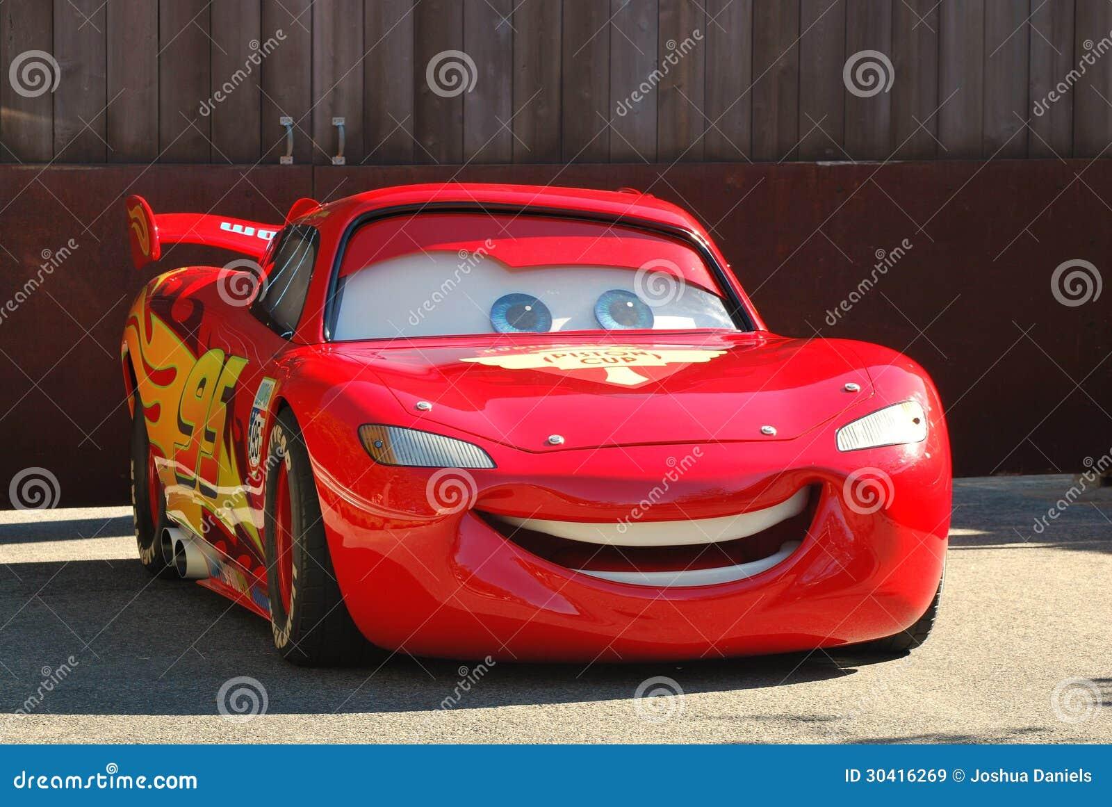 Lightening McQueen från de Pixar filmbilarna i en ståta på Disneyland, Kalifornien