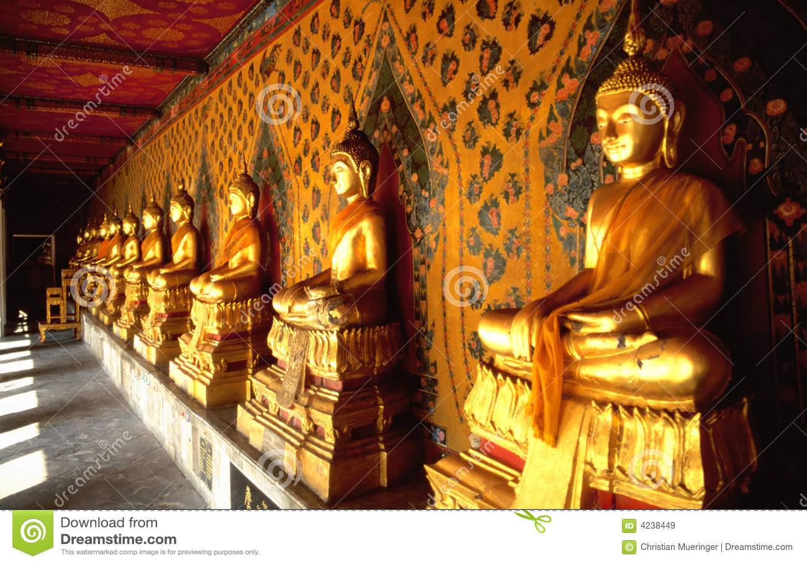 Ligne de Buddhas d or dans le temple thaï