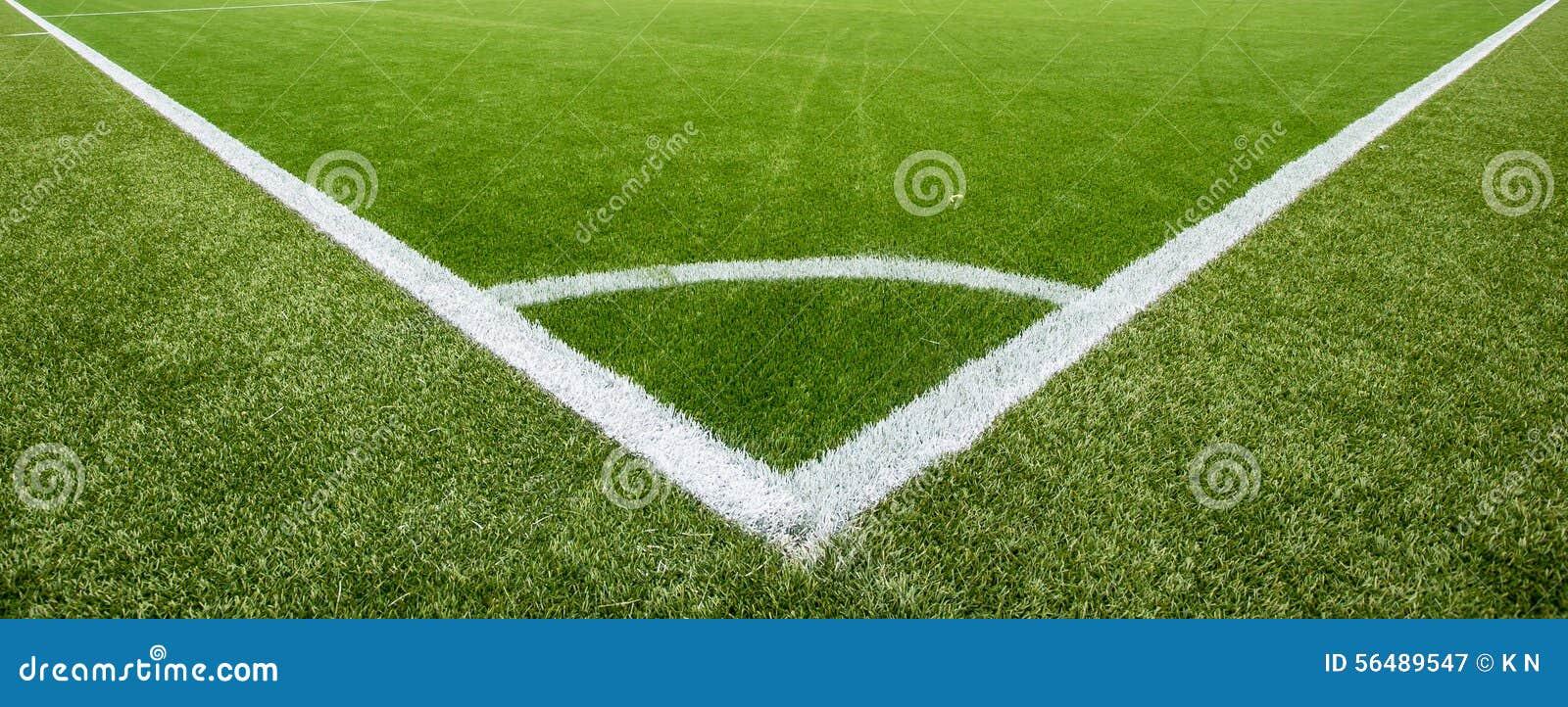 Ligne de craie faisante le coin sur le terrain de football artificiel de gazon