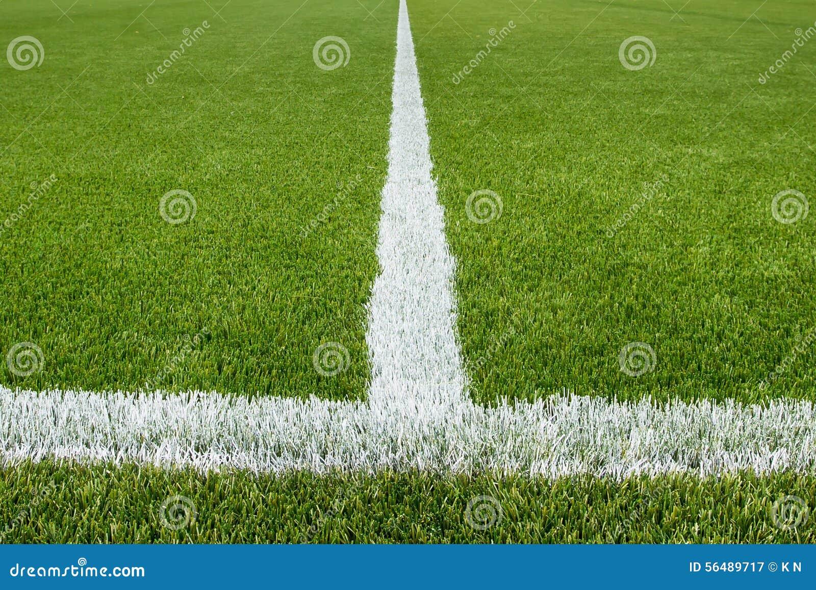 Ligne de craie sur le terrain de football artificiel de gazon
