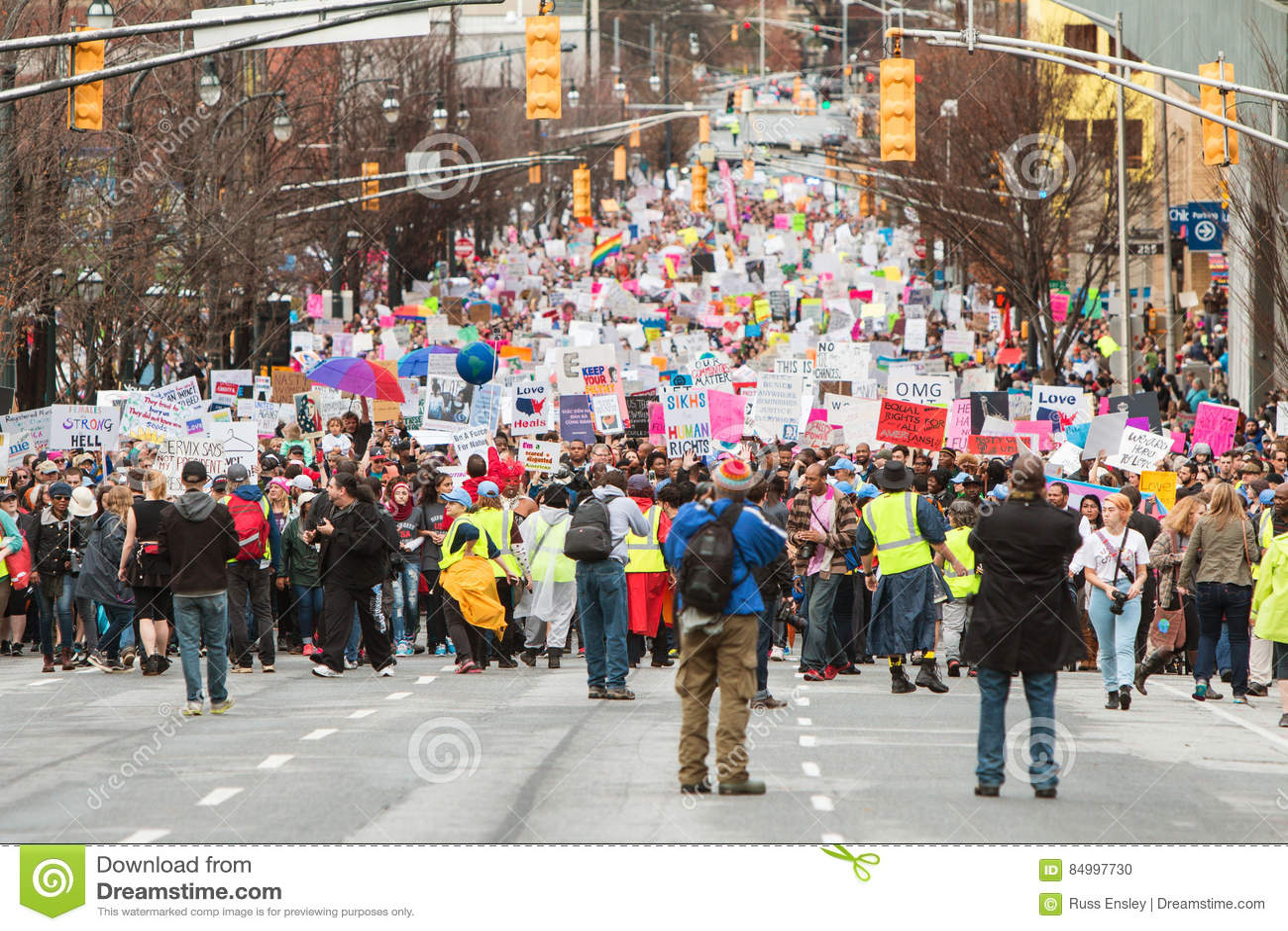 Ligne de milliers à marcher dans le juge social March d Atlanta